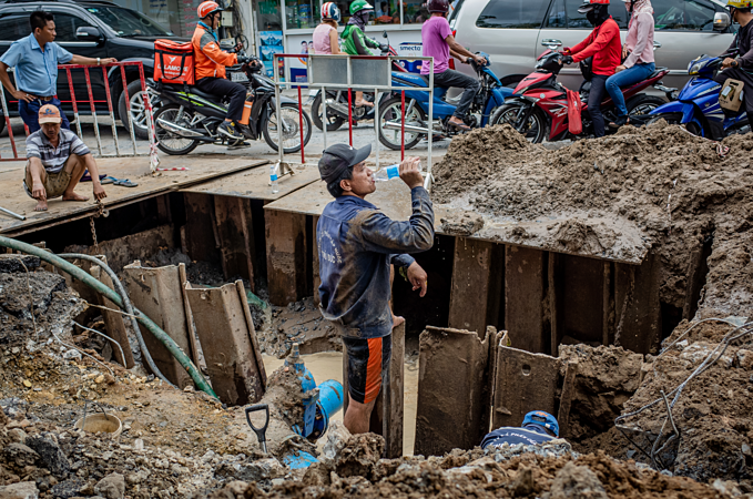 Saigon's sons of the soil repair pipes in muddy waters - 6