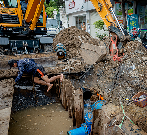 Saigon's sons of the soil repair pipes in muddy waters - 4