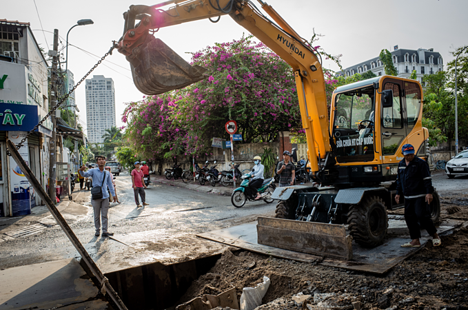 Saigon's sons of the soil repair pipes in muddy waters - 10