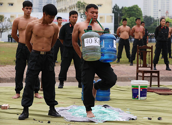 Special response team of police put on astounding show of strength - 10