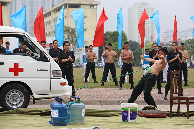 Special response team of police put on astounding show of strength - 7
