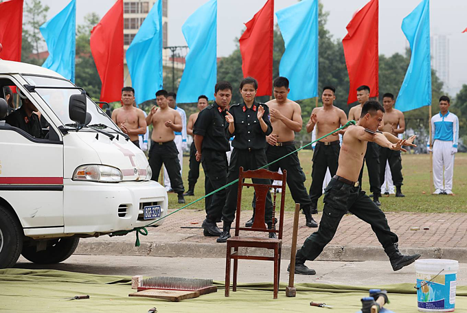 Special response team of police put on astounding show of strength - 8