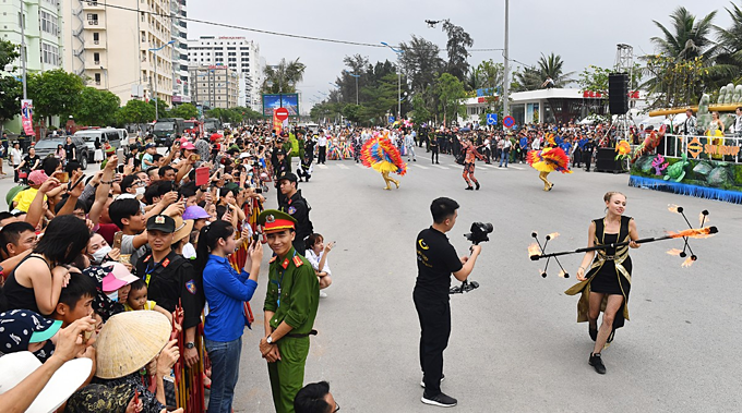 Street carnival fascinates in Vietnam beach town  - 1