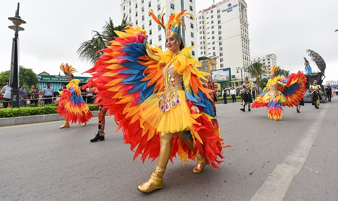 Street carnival fascinates in Vietnam beach town  - 6