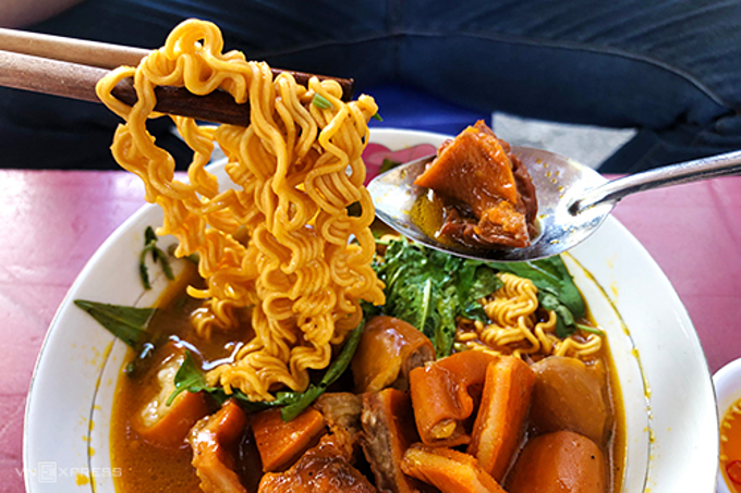 Pha lau with ramen noodle is a popular choice at lunch. Photo by Di Vy.