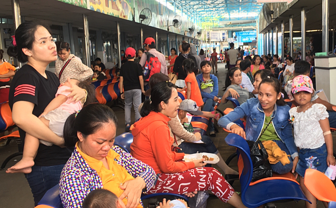 More kids, seniors visit Saigon hospitals as mercury soars