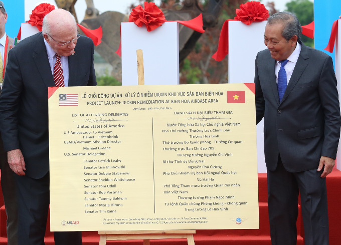 U.S. Senator Patrick Leahy (L) and Vietnams Deputy Prime Minister Truong Hoa Binh launch the dioxin cleanup project in Bien Hoa Airport, April 20, 2019. Photo by VnExpress/Phuoc Tuan