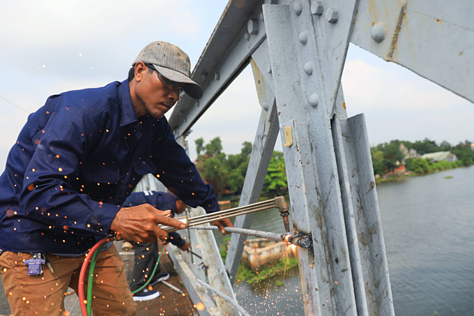 Saigon authorities dismantle 100-year-old French bridge