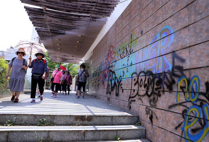Graffiti deface Da Nang streets, annoy authorities