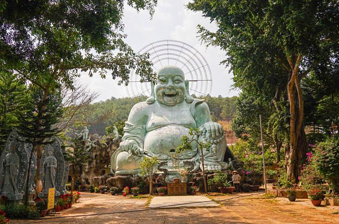On a hill in Vietnam, 500 compassionate bodhisattvas meditate - 9