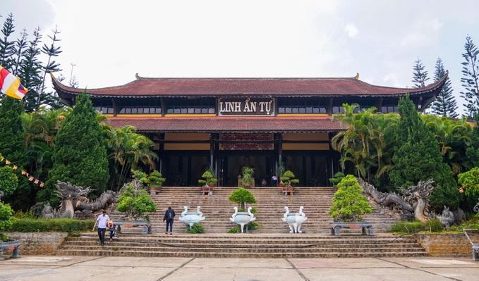 On a hill in Vietnam, 500 compassionate bodhisattvas meditate - 1