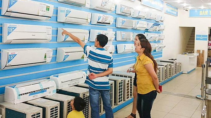 People inspect air-conditioners at a store of Dien May Xanh. Photo acquired by VnExpress
