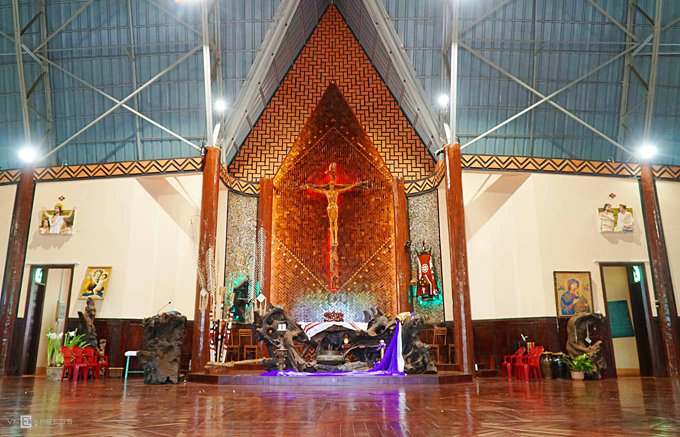 Central Highlands church has communal look - 7