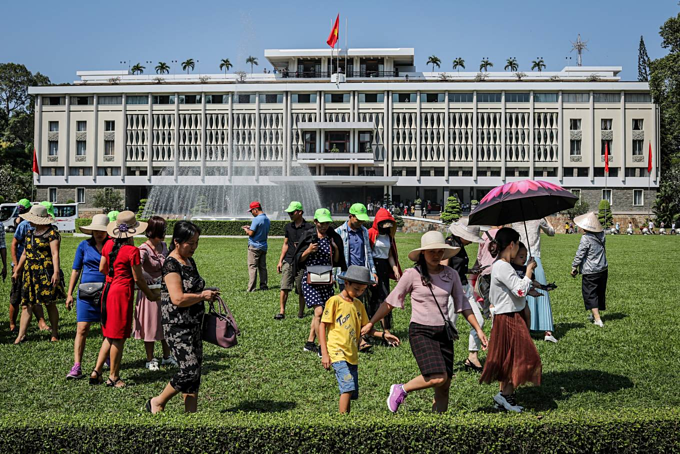 Citizens throng Independence Palace on National Reunification Day