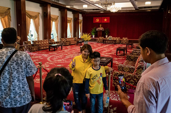 Citizens throng Independence Palace on National Reunification Day - 4