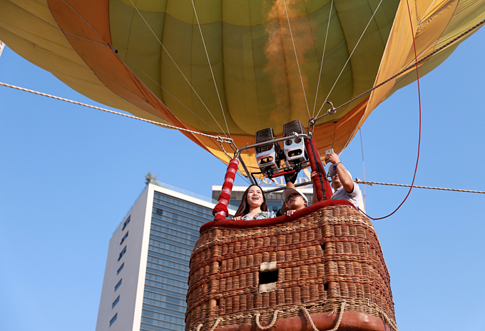 Da Nang coast toasts first hot air balloon show - 5