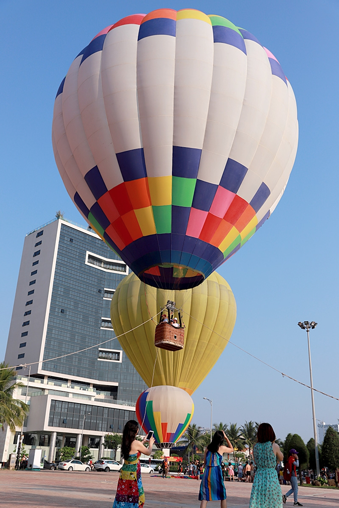 Da Nang coast toasts first hot air balloon show - 4