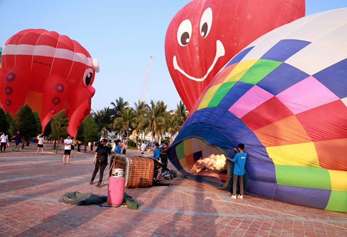 Da Nang coast toasts first hot air balloon show - 1