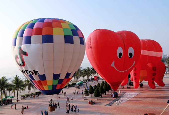Da Nang coast toasts first hot air balloon show