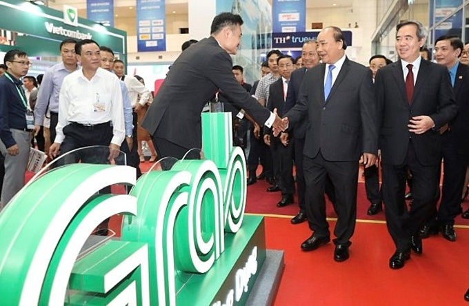 Prime Minister Nguyen Xuan Phuc visits the Grab booth at the Vietnam Private Sector Economic Forum 2019 on May 2. Photo by Ngoc Thanh
