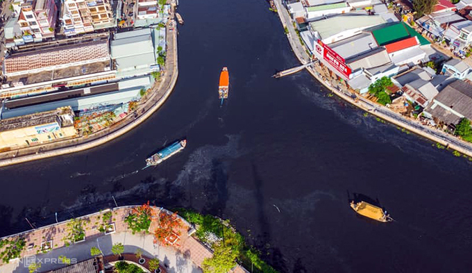 Polluted Mekong Delta river turns black, kills seafood