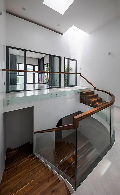 A Saigon house staircase creates friendly spaces - 1