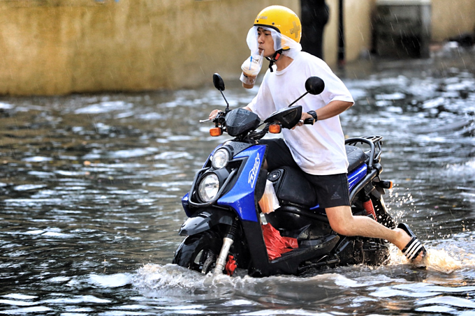 Saigon expat district wallows in flood waters again - 1