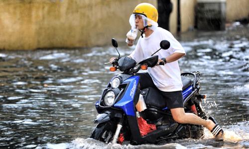 Saigon expat district wallows in flood waters again
