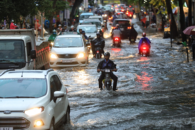 Saigon expat district wallows in flood waters again