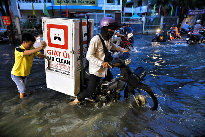 Saigon expat district wallows in flood waters again - 2