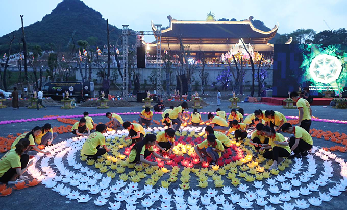 Thousands of lotuses glow bright as Vietnam prays for peace - 1