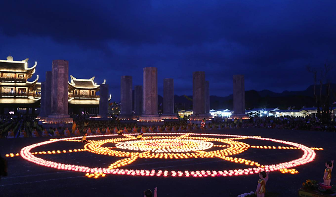 Thousands of lotuses glow bright as Vietnam prays for peace - 4