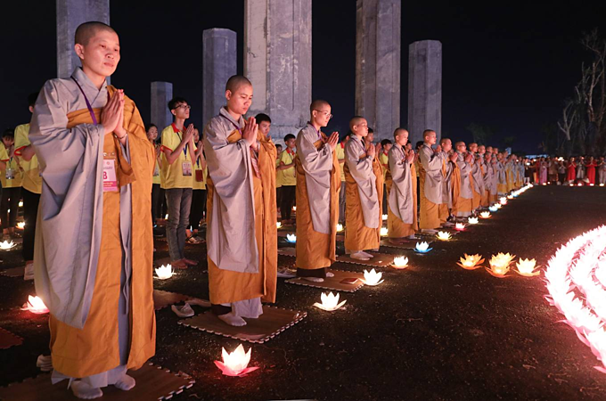 Thousands of lotuses glow bright as Vietnam prays for peace - 6