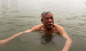 Meet Hanoi senior who swims in Red River every day