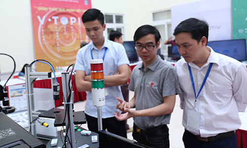 Vietnam PM issues five-pronged direction for hi-tech growth