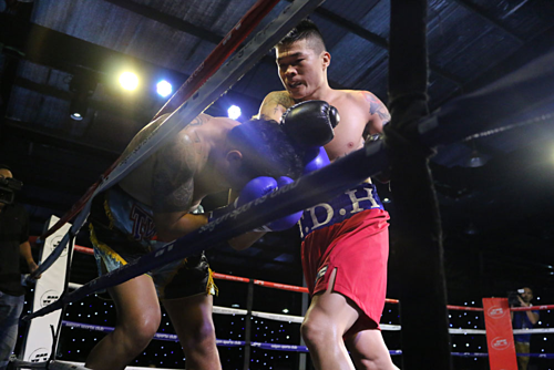 Vietnamese boxer makes winning professional debut with knockout of Thai opponent