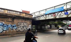 Long Bien Bridge gets 'bombed' again