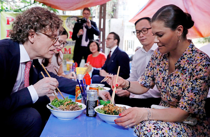 Swedish princess and her entourage at a the noodle stall in Hanoi. Photo by VnExpress/Giang Huy.
