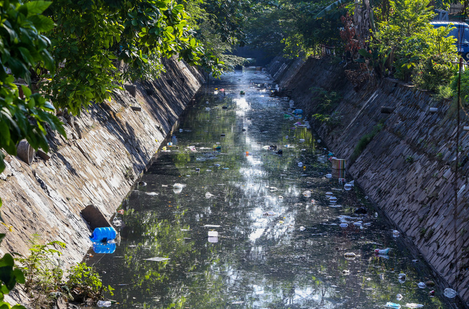 Saigon canal overflows with garbage, awaits cleanup