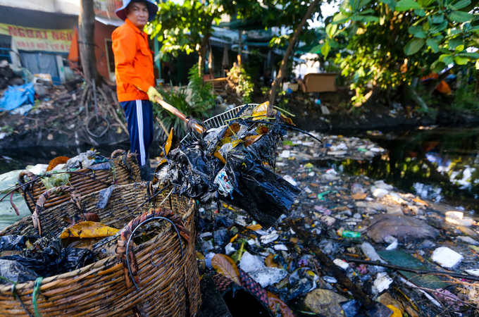 Saigon canal overflows with garbage, awaits cleanup - 2
