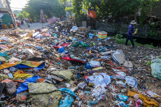 Saigon canal overflows with garbage, awaits cleanup - 6