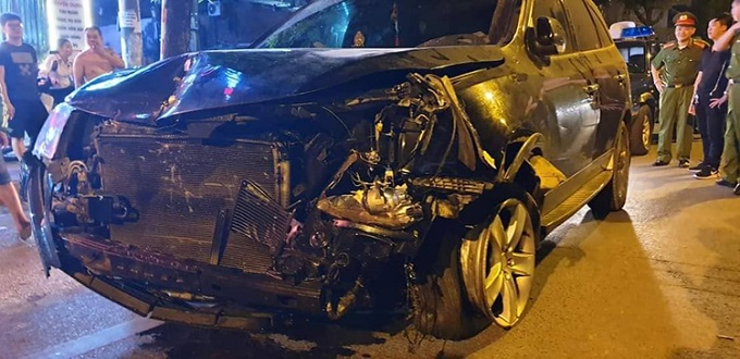 A car is damaged after it hit and killed a street cleaner in Hanoi on the night of April 22, 2019. The driver said he had at least six glasses of beer pior to the accident. Photo by VnExpress/Phuong Son