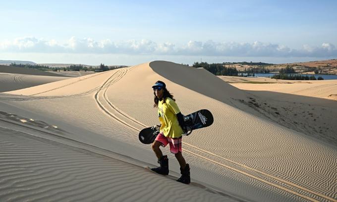 Sandman: The Vietnamese snowboarder training on dunes