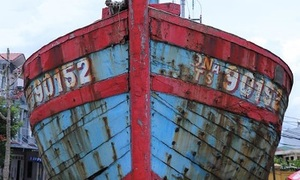 Vietnam displays fishing vessel sunk by Chinese in Paracel