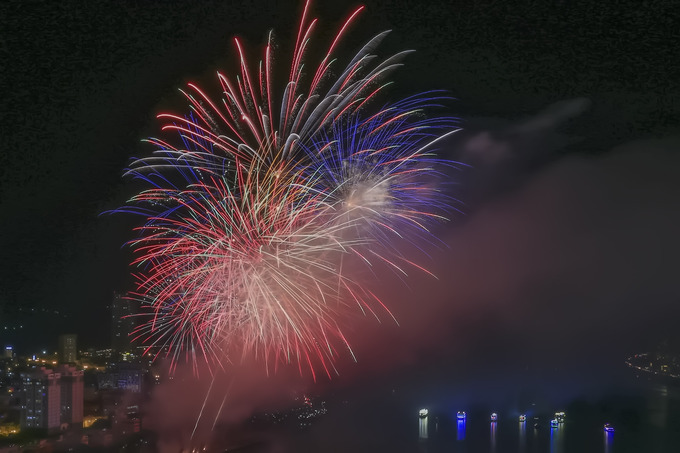 Da Nang's international fireworks festival begins with a bang - 1