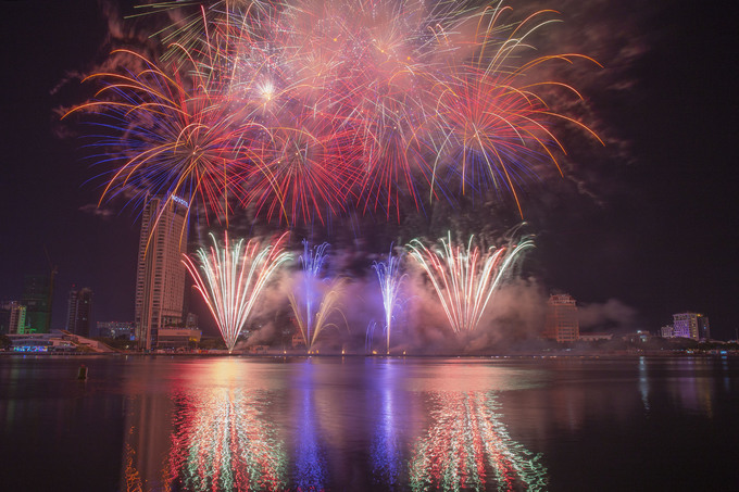 Da Nang's international fireworks festival begins with a bang - 2