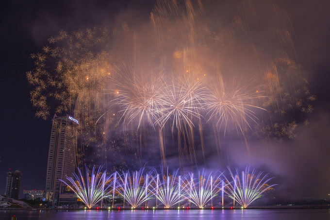 Da Nang's international fireworks festival begins with a bang - 4