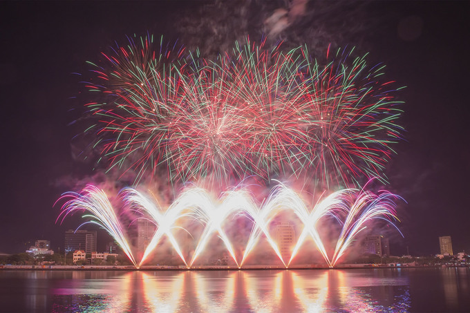 Da Nang's international fireworks festival begins with a bang - 7