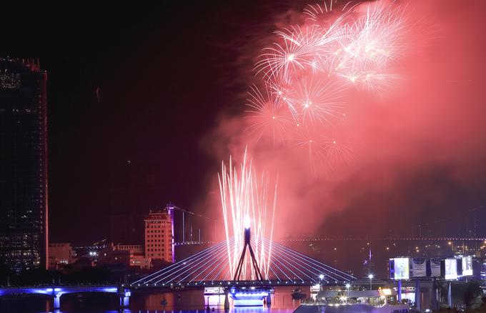 Da Nang's international fireworks festival begins with a bang - 8