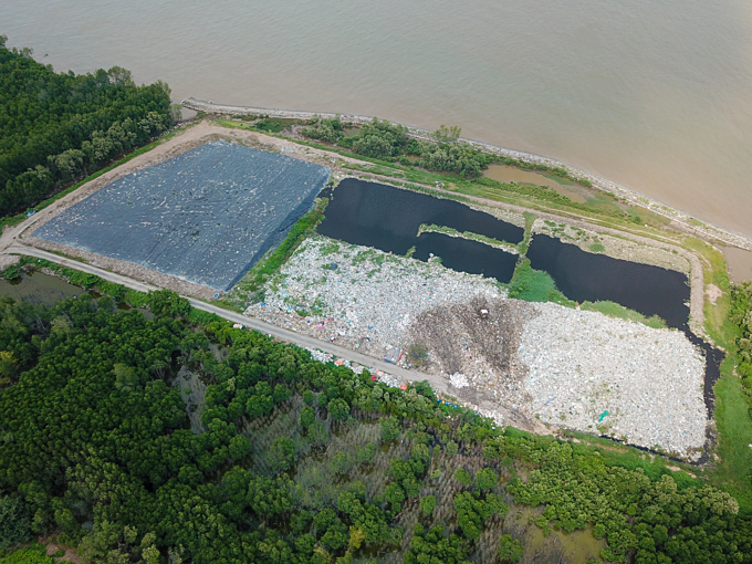 A landfill near the sea in Tien Giang province. Photo by Nguyen Viet Hung